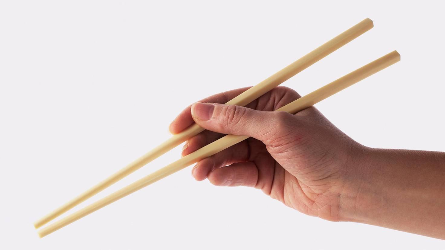 Die richtige Haltung sorgt beim Essen mit Stäbchen dafür, dass Du immer Kontrolle über Deine Nahrung hast.