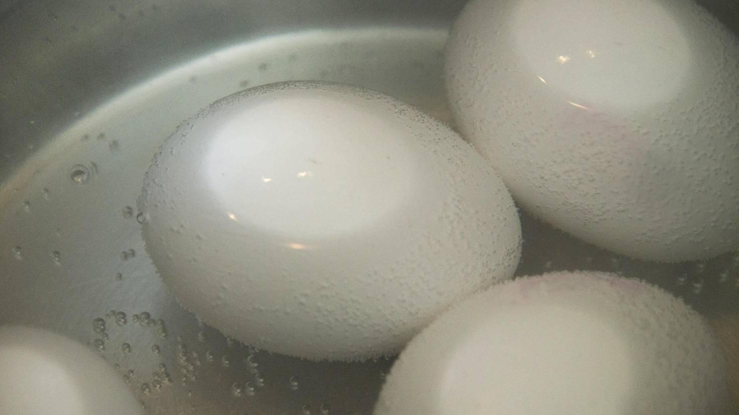 Wer Eier im heißen Wasser gar ziehen lässt, verringert die Chance, sie zu lang zu kochen.