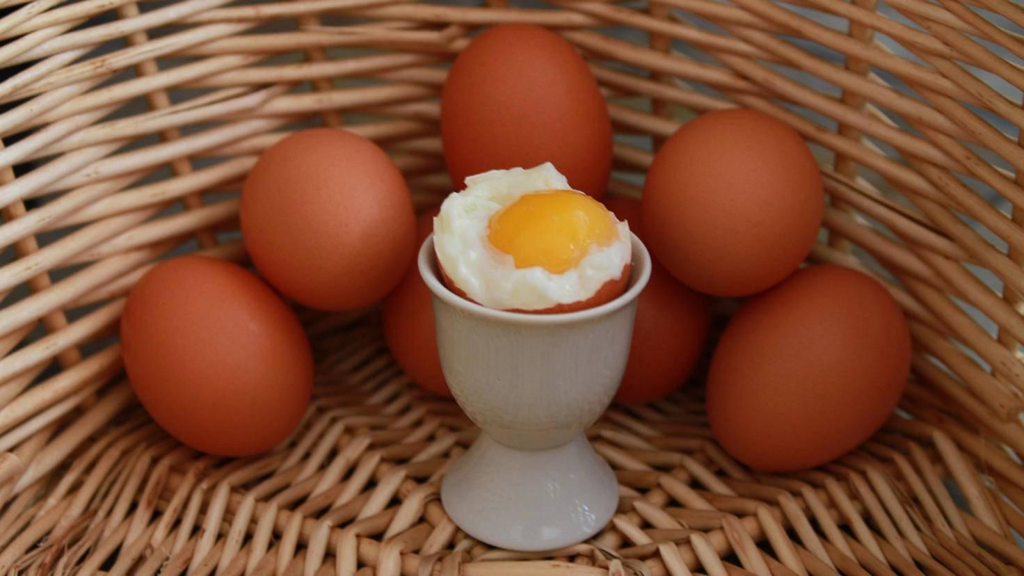 Damit das Ei seine perfekte Konsistenz behält, solltest Du es direkt nach dem Ablaufen der gewünschten Kochzeit aus dem heißen Wasser holen.