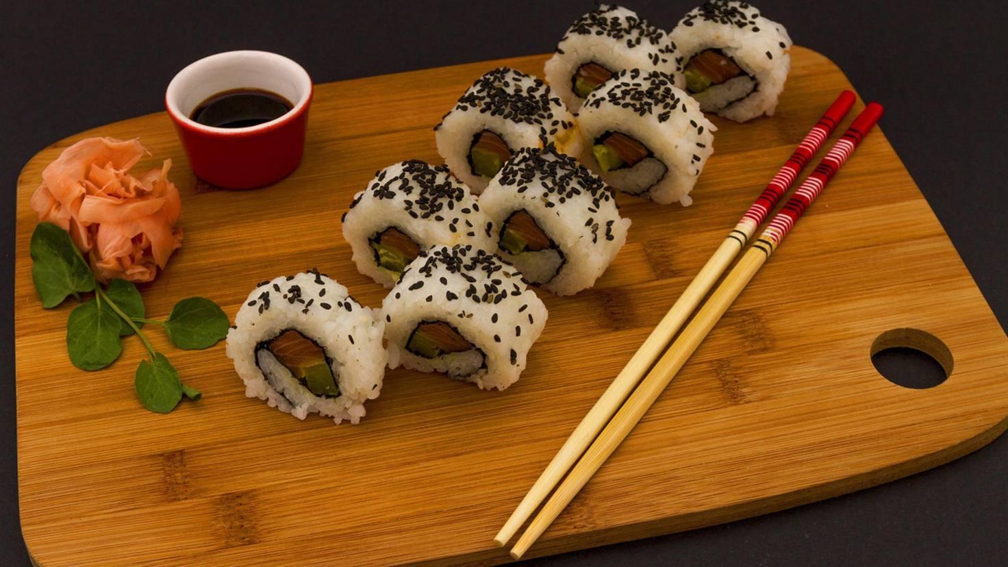 Japanisches Sushi wird traditionell mit Essstäbchen verzehrt.