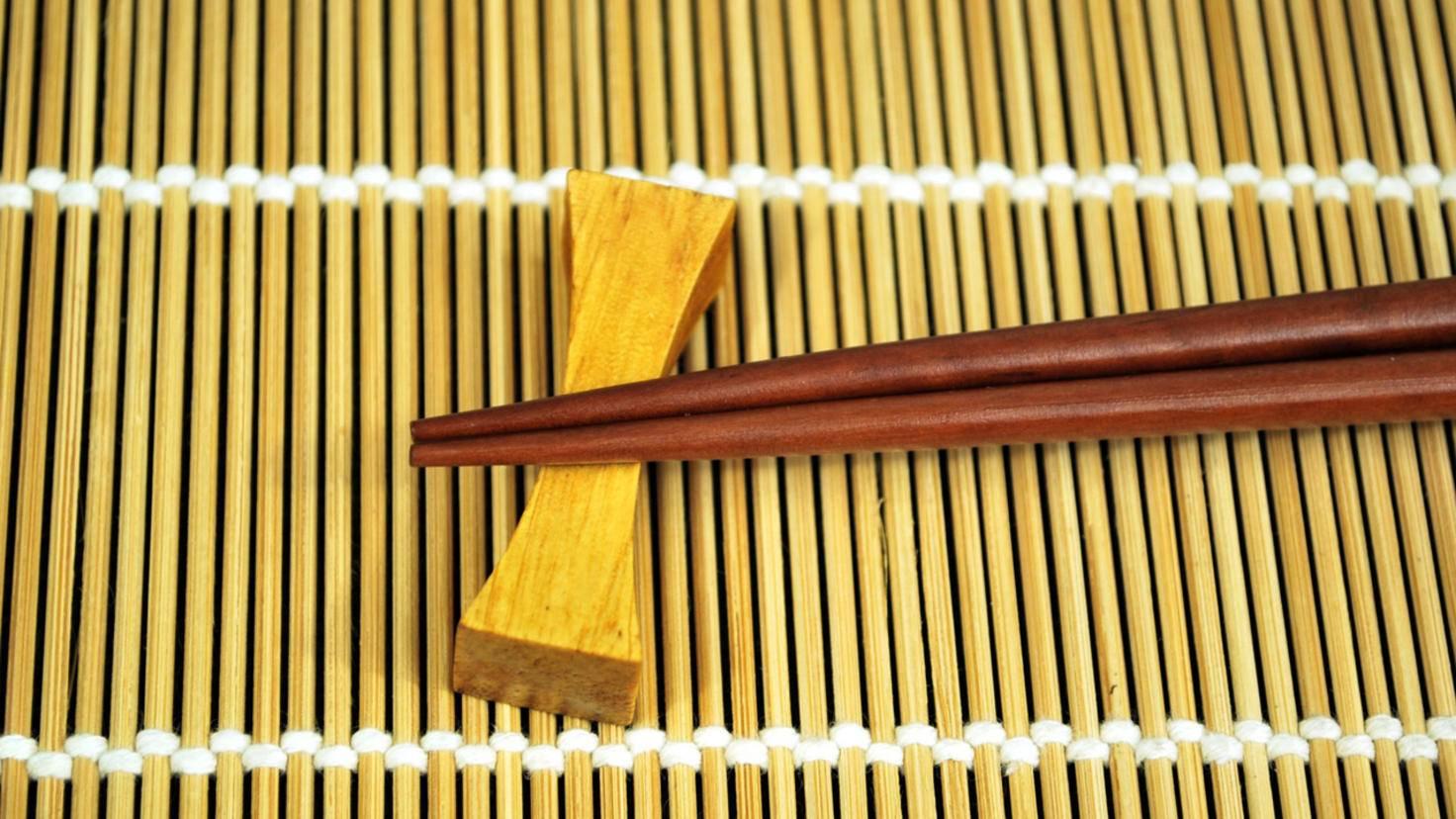 """Um Essstäbchen während des Essens oder danach abzulegen, gibt es kleine Holzbänkchen, die auf japanisch """"Hashi-Oki"""" heißen."""