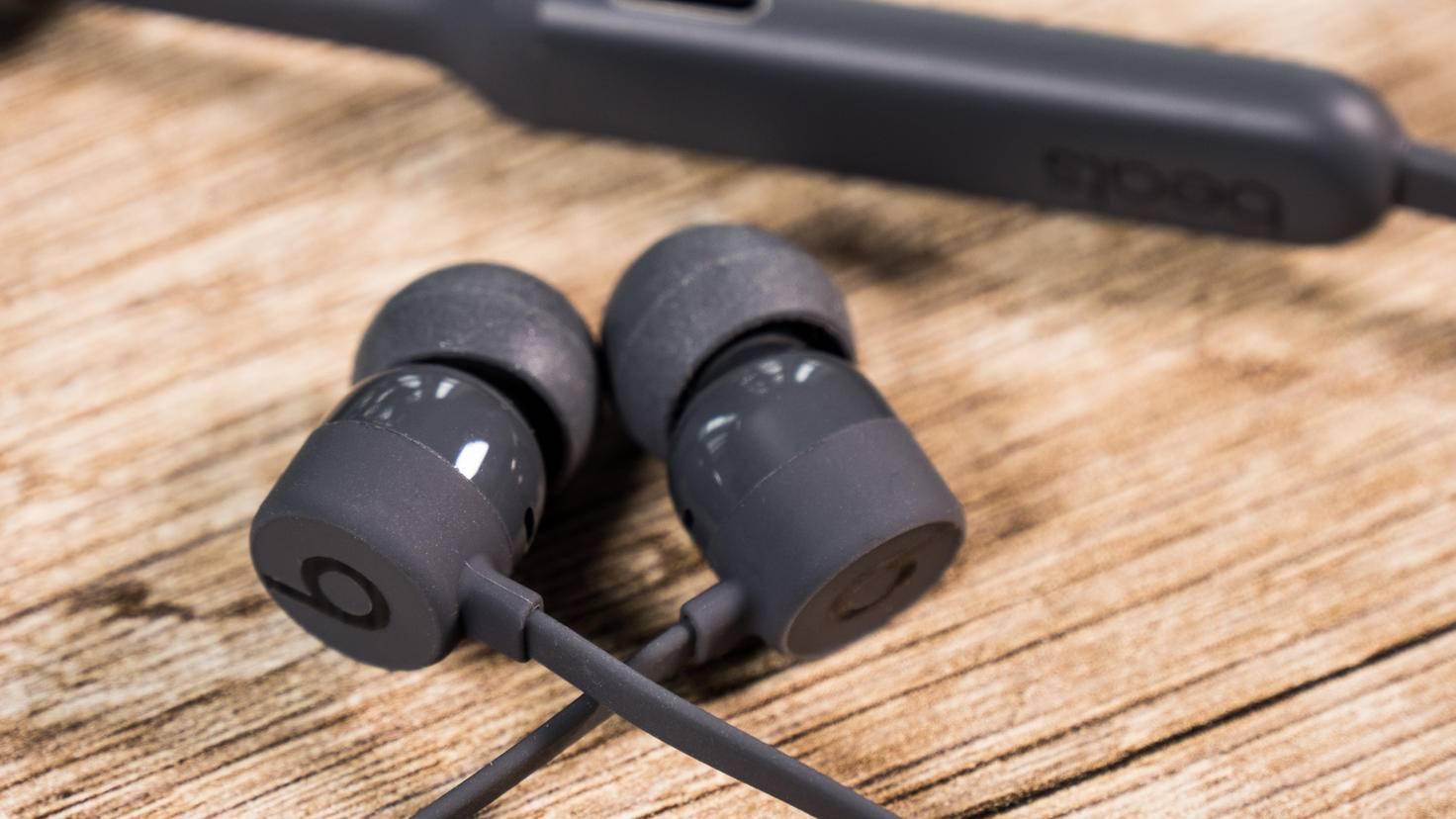 Die Ohrhörer des Beats X sitzen bequem und fest.