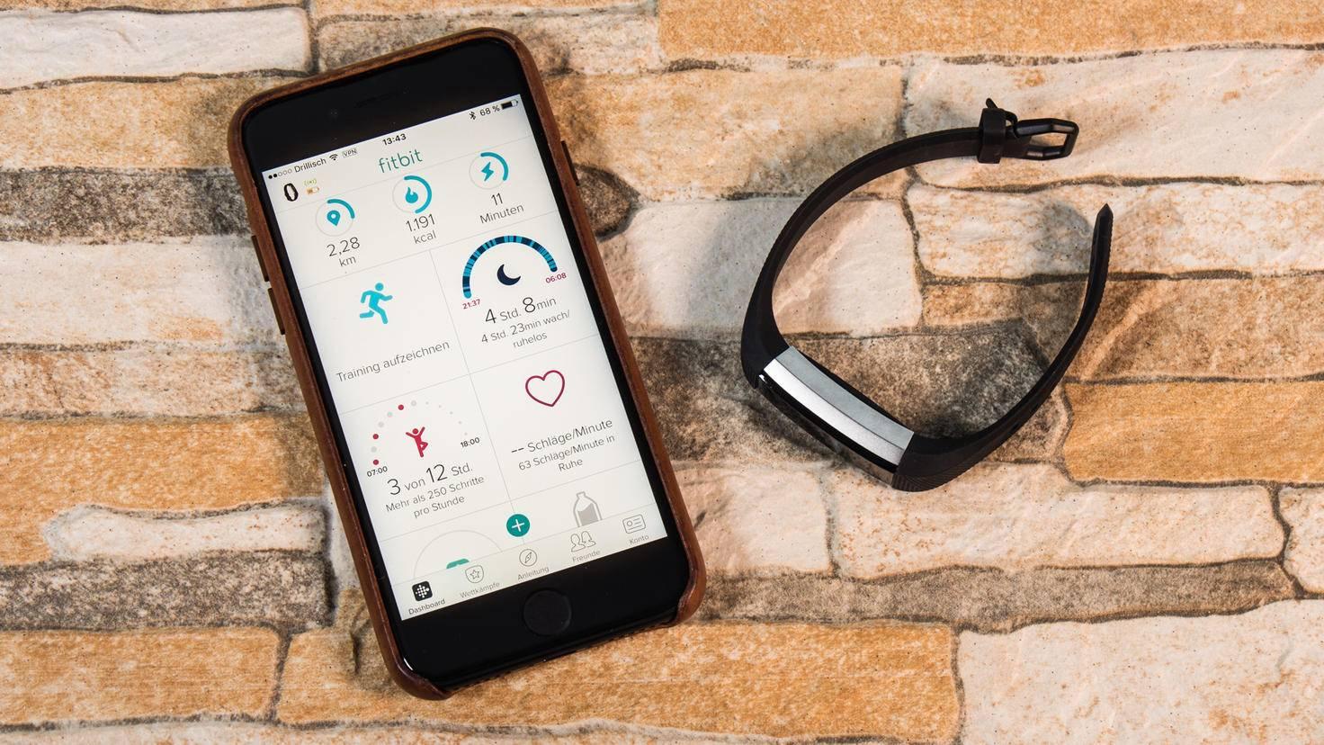 Die Zahlen unter dem Herz zeigen Dir in der Fitbit-App Deinen Puls an.