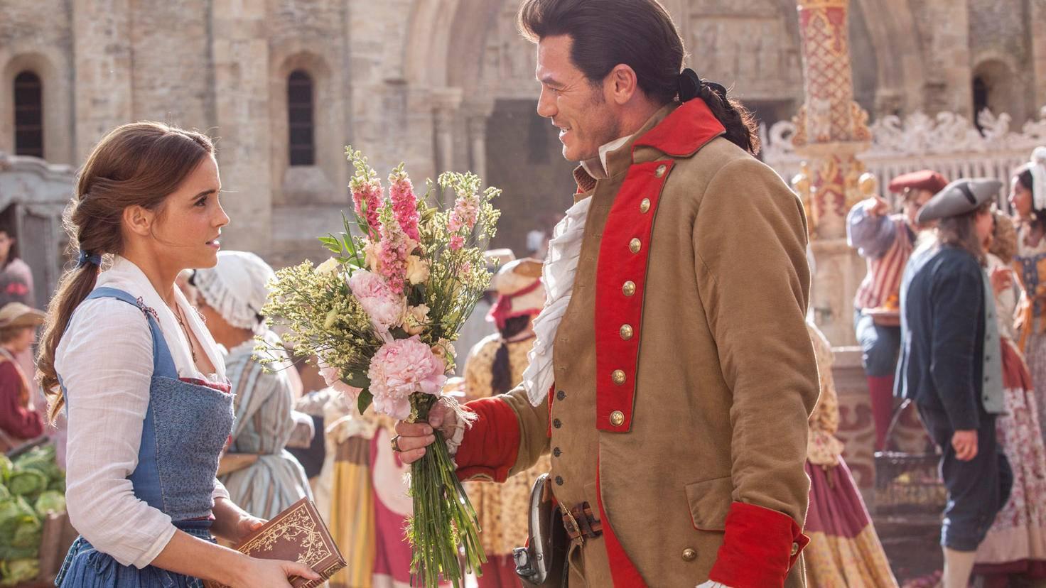 Auch Gaston (r.) hat ein Auge auf Belle (l.) geworfen.