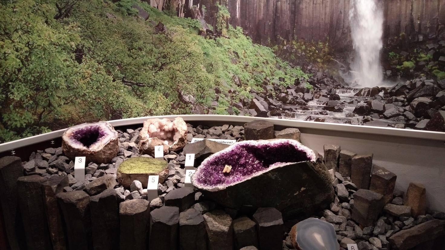 Im Hamburger Mineralogischen Museum bewahren die Fotos dank guter Beleuchtung Farben, Kontrast und Schärfe.