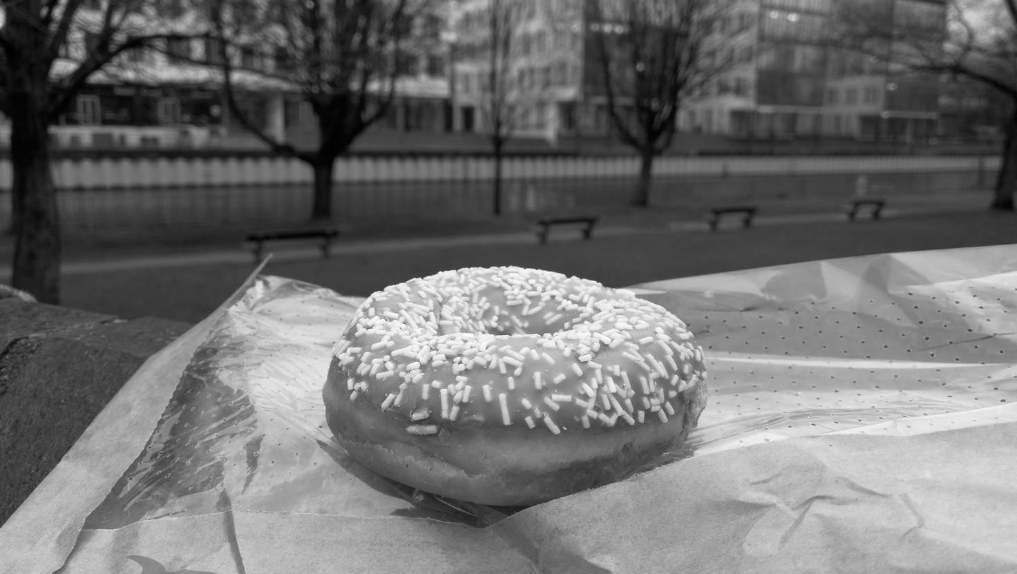 Die Schwarz-Weiß-Fotografie ist nur für bestimmte Motive geeignet. Dieser Donut gehört nicht dazu.