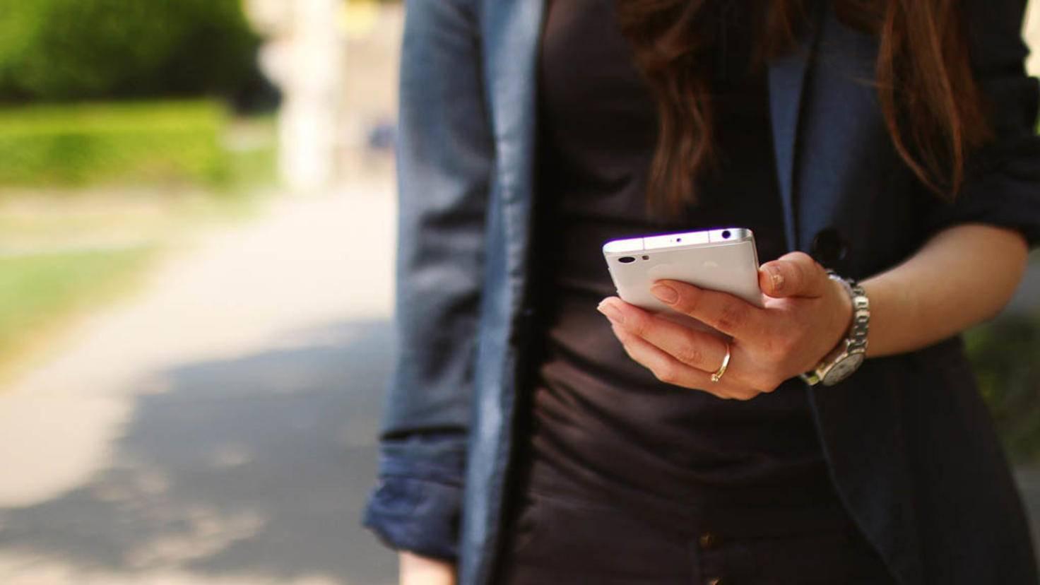 Smartphone auf der Straße