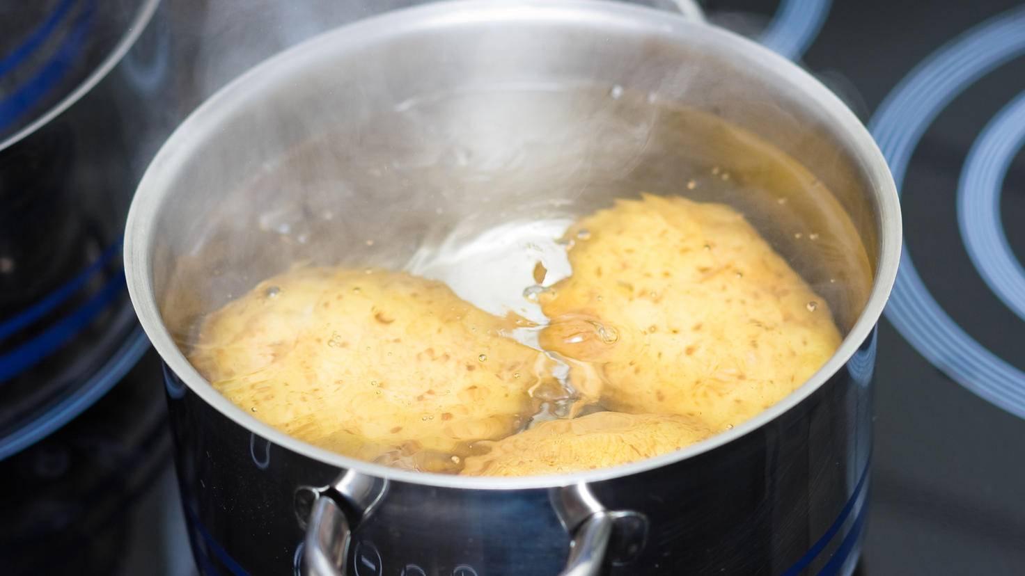 Leicht mit Wasser bedeckt – so kochen Kartoffeln am besten.