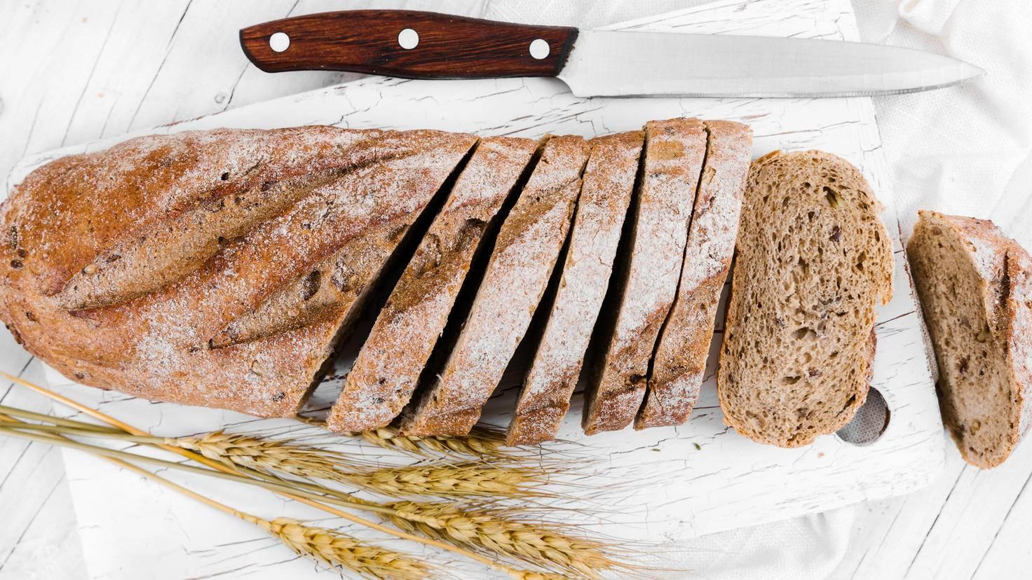 Zuvor aufgeschnitten lässt sich eingefrorenes Brot später besser portionieren und auftauen,.