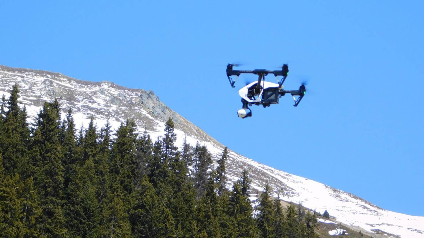 Strahlender Sonnenschein, blauer Himmel – perfekte Bedingungen für einen Drohnenflug!