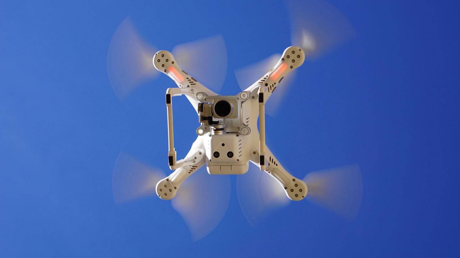 Bei einer Quadrocopter-Drohne halten vier Rotoren die Kamera in der Schwebe.