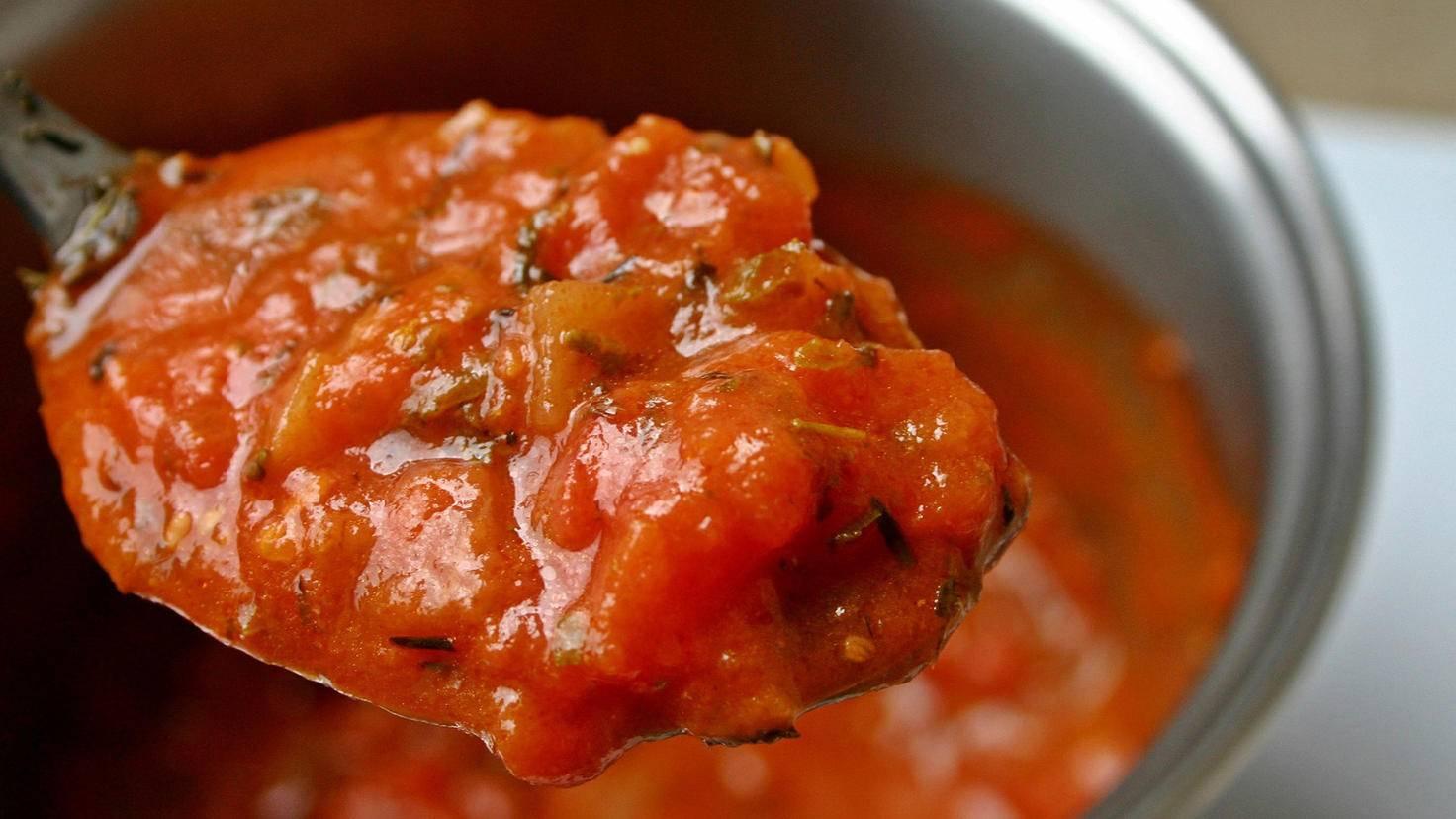 Wer seine Tomatensauce lieber stückig mag, püriert kürzer.