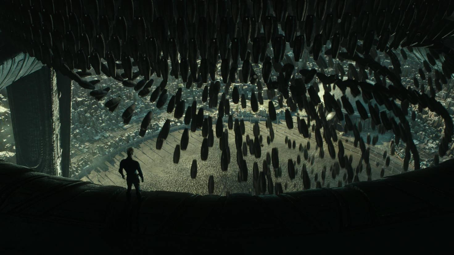 Nichts für Droiden mit Höhenangst: David blickt in die Tiefe auf eine ihm unbekannte Stadt.