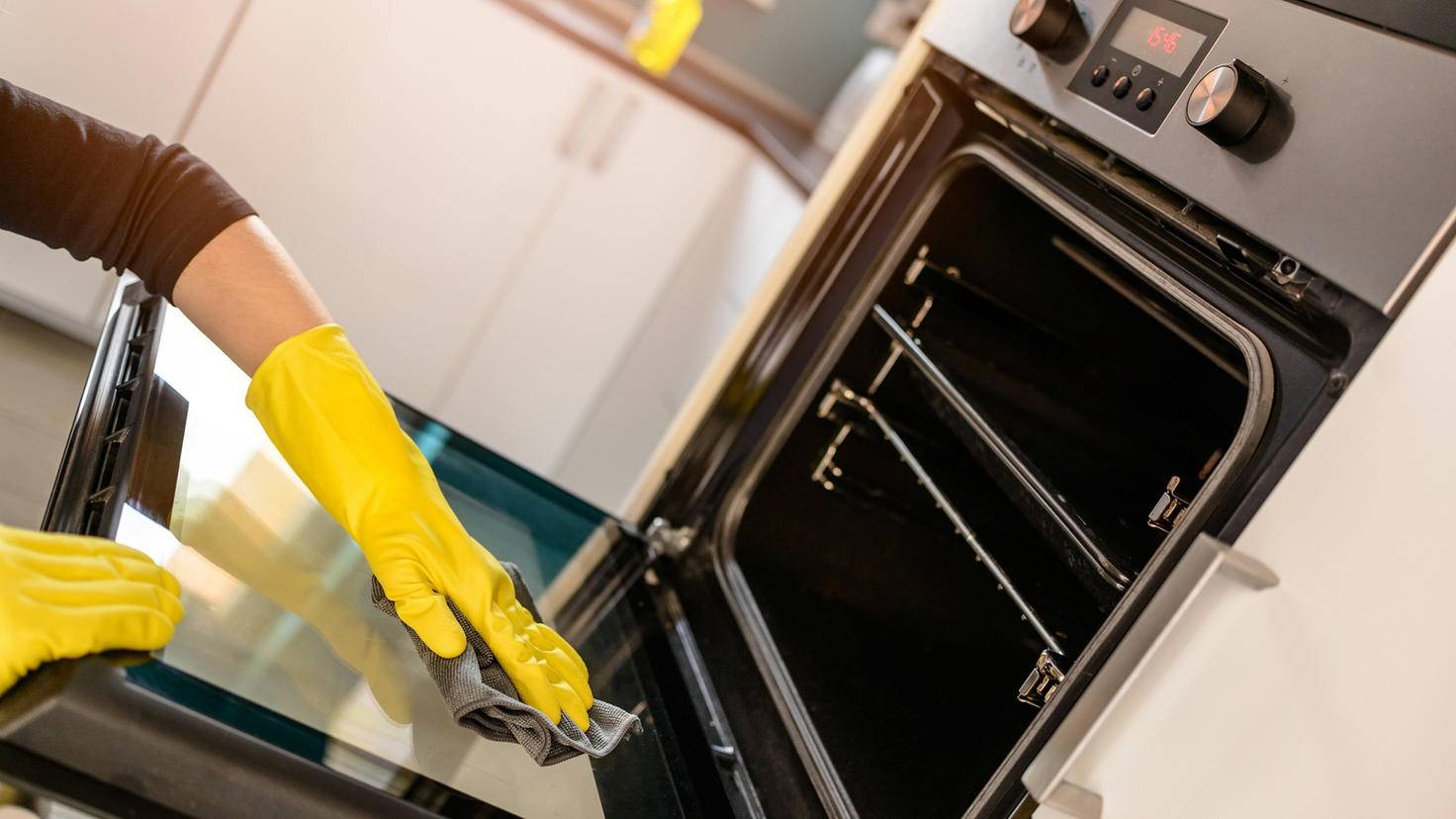 Backofen reinigen-djedzura-ThinkstockPhotos-526826440