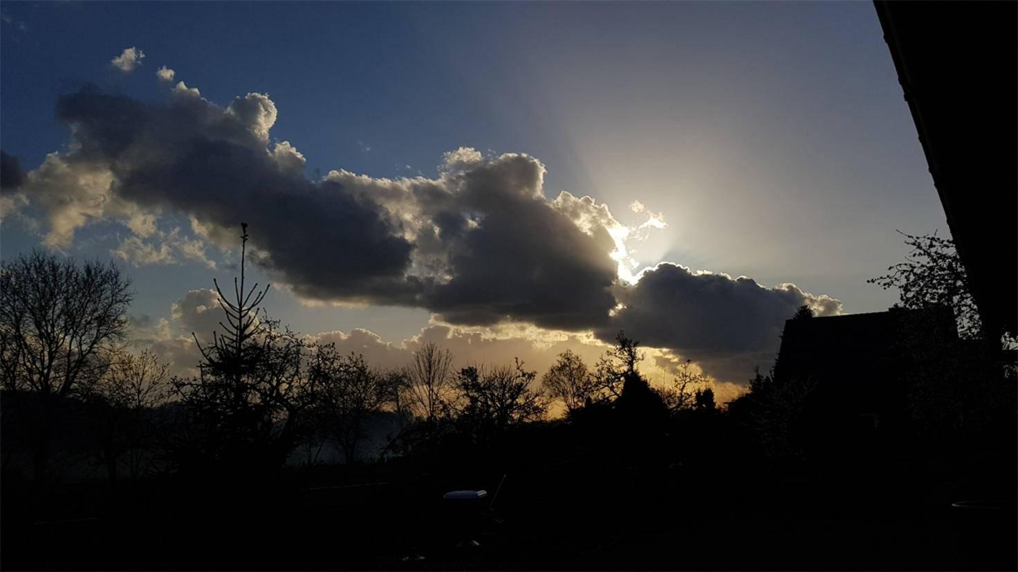 Wer die Helligkeit beeinflussen will, kann entweder einen helleren oder dunkleren Punkt im Bild fokussieren...