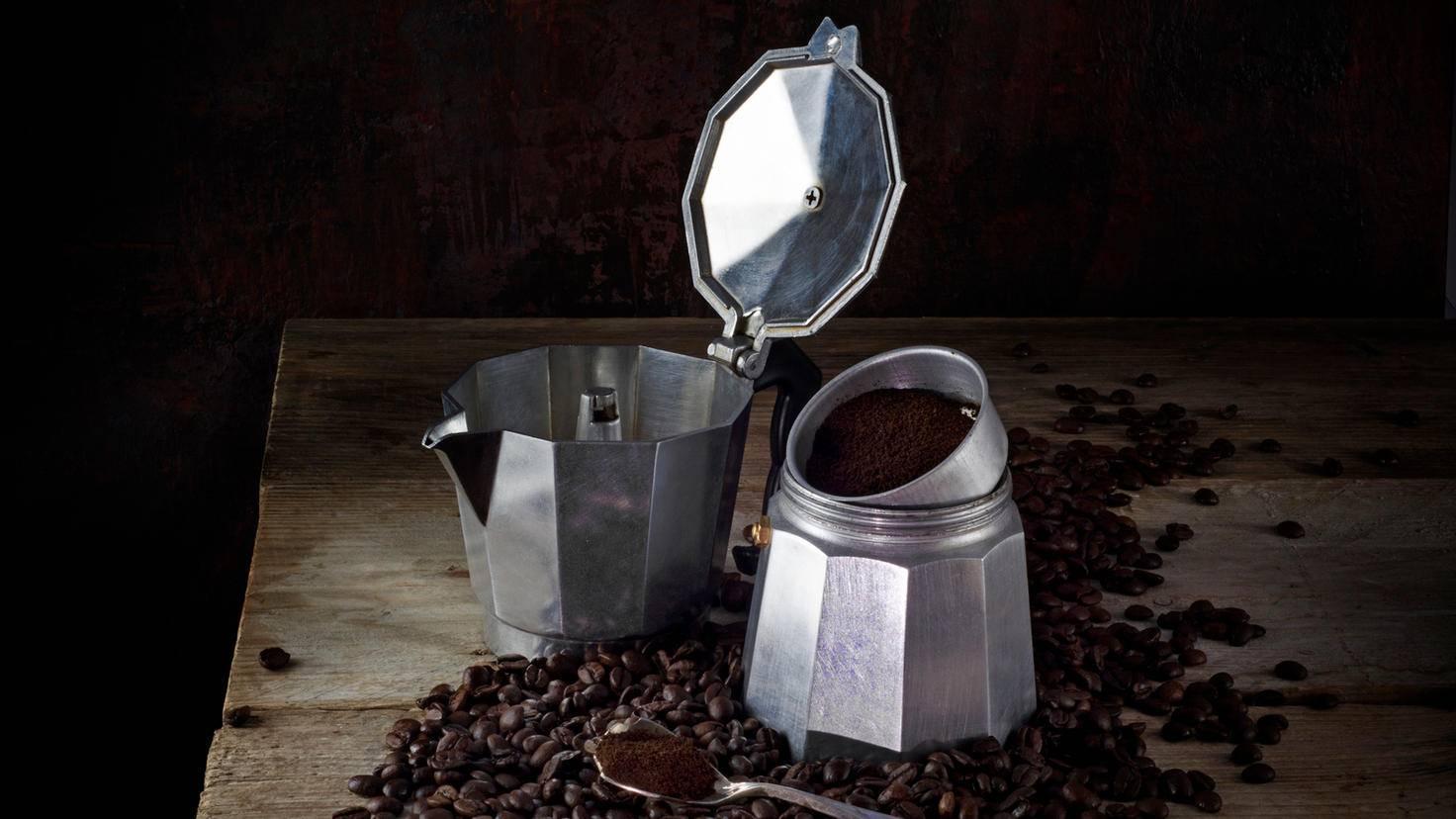 Der Espressokocher besteht aus der Kanne, dem Kessel und einem Trichtereinsatz.