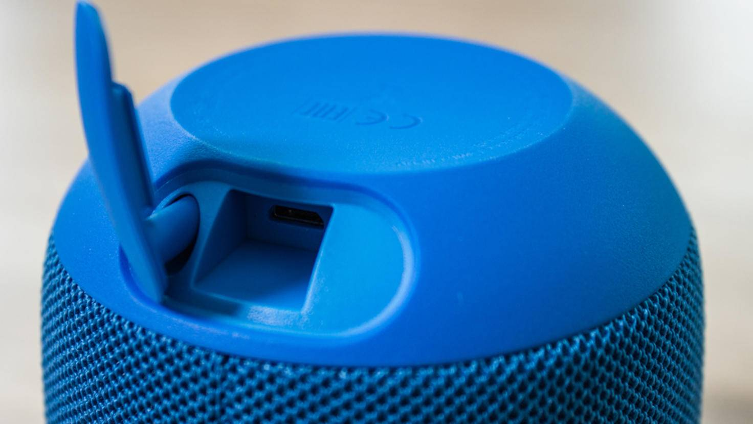 Geladen wird per mitgeliefertem Mikro-USB-Kabel.