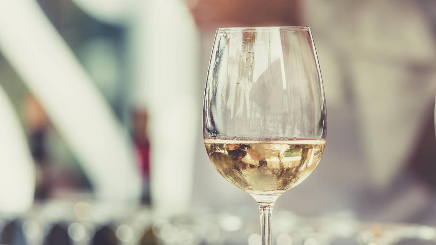 Wein mit Wein bekämpfen: Weißwein sorgt zumindest für hellere Flecken.