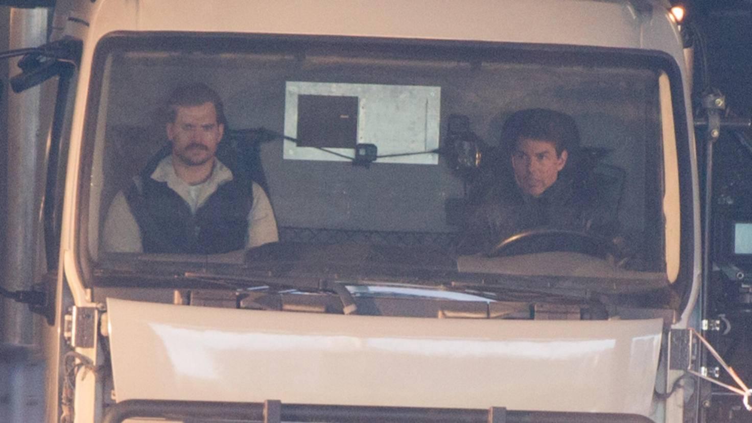 """Wartend oder startend? Henry Cavill und Tom Cruise drehen für """"Mission: Impossible 6"""" in einem Lastwagen."""