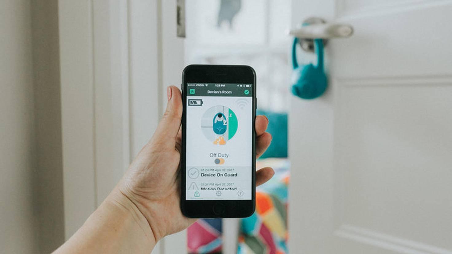 Via Bluetooth wird ein Signal von Decco an die App gesendet, wenn sich das Kind aus dem Zimmer schleicht.