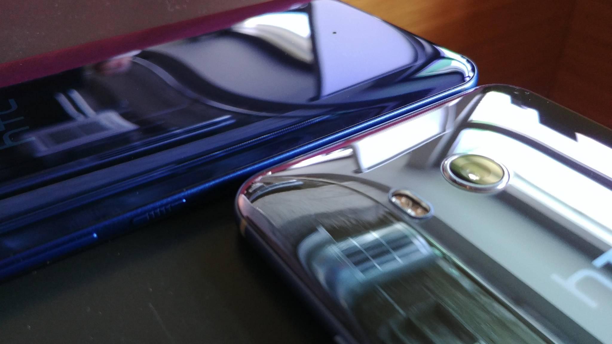 Die Rückseite des HTC U11 hat einen starken Spiegel-Effekt.