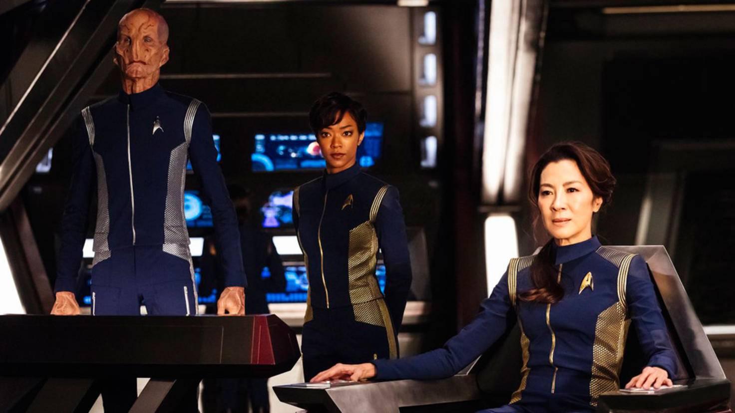 """Von links nach rechts: Wissenschaftsoffizier Saru, """"Nummer Eins"""" Michael Burnham und Captain Georgiou."""
