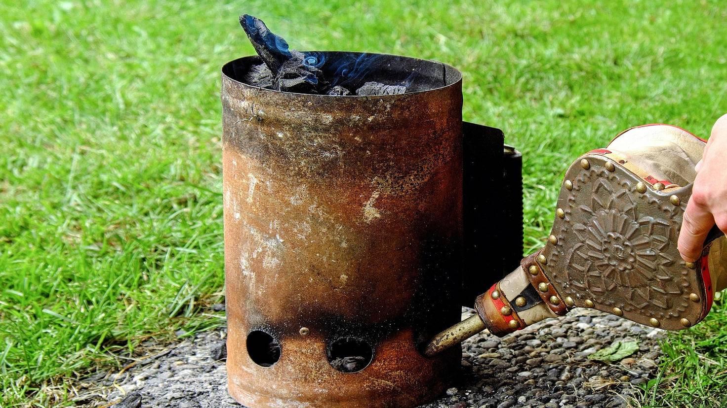 Mit einem Anzündkamin heizt Du der Kohle im Smoker schnell ein.