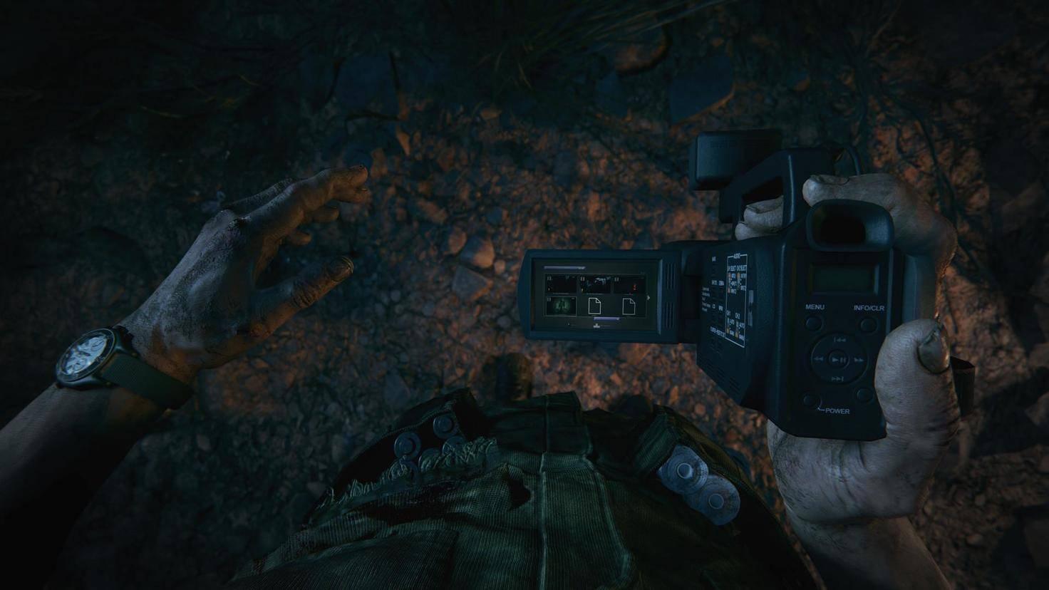 """Dein Camcorder ist Dein wichtigstes Werkzeug in """"Outlast 2"""". Auch nicht unwichtig: Batterien (Tasche links) und Bandagen (Tasche rechts)."""