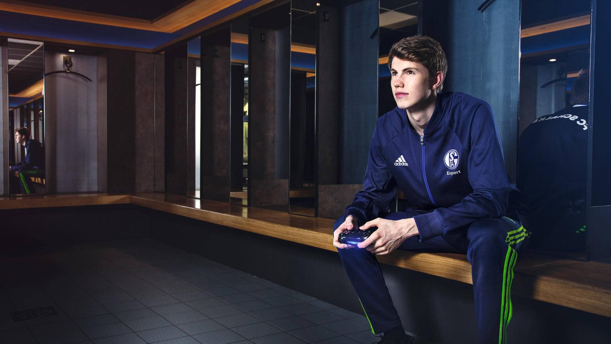 """Perspektivspieler: Tim Schwartmann alias """"Tim_Latka"""" sitzt in den Schalker Katakomben"""