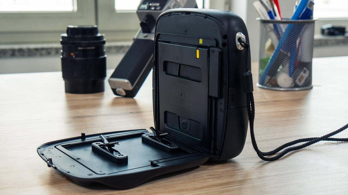 Die Rückseite kann komplett ausgeklappt werden, um die Filmkassette einzusetzen und auszutauschen.