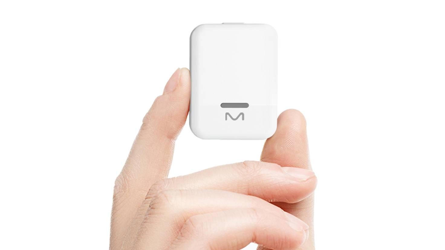 Der Tracker wird adank eines Magneten auf Brusthöhe unter der Kleidung getragen.
