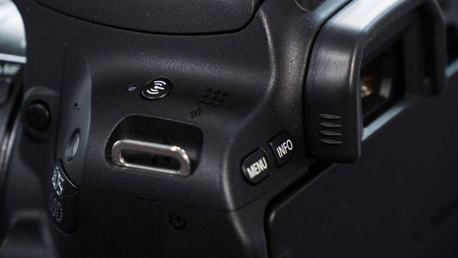 Beim Drücken auf den WLAN-Knopf macht die Kamera ein eigenes Netzwerk auf, mit dem sich Smartphones verbinden können.