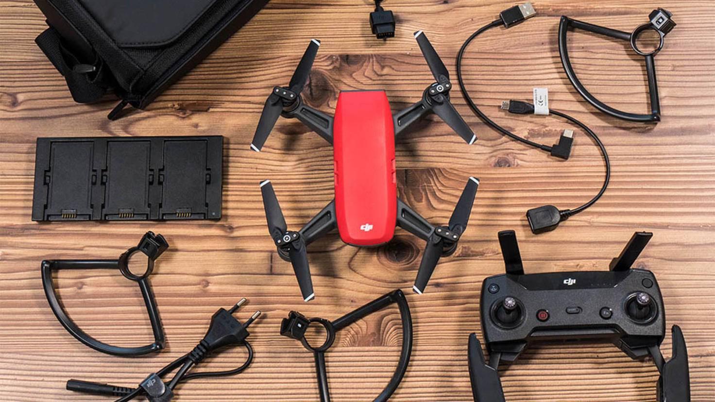 In der Fly More Combo von DJI sind neben Drohne auch Propellerschutz, Ersatzakku und Fernbedienung enthalten.