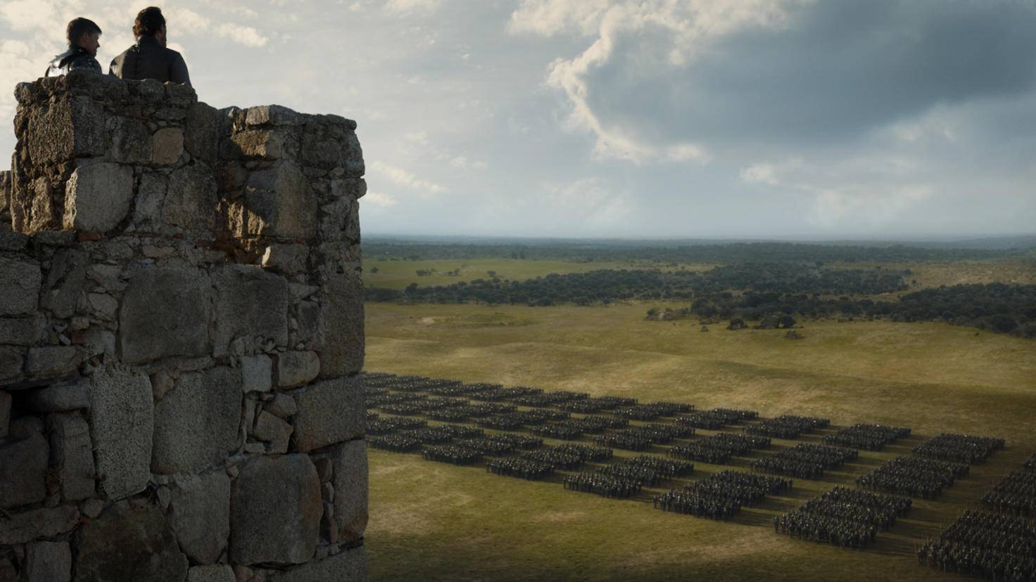 Jaime Lannister und Ser Bronn begutachten hier offensichtlich ein ziemlich großes Armeeaufgebot, doch wo sich ihr steinerner Aussichtsturm befindet, lässt sich nur erahnen.