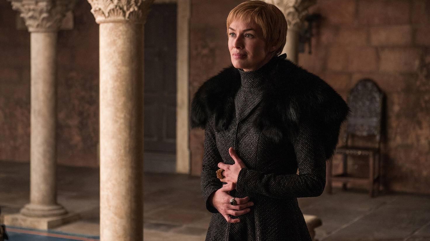Schwester Cersei sieht dafür deutlich besser aus. Zugegeben, auch sie zieht nicht unbedingt ein fröhliches Gesicht, insgesamt scheint es bei ihr aber besser zu laufen, als bei Jaime und Bronn. Auch die Handhaltung der Königin spricht Bände. Die schützend auf den Bauch gelegten Hände könnten dafür sprechen, dass sie tatsächlich wieder schwanger ist, was sie ja auch selbst behauptet.