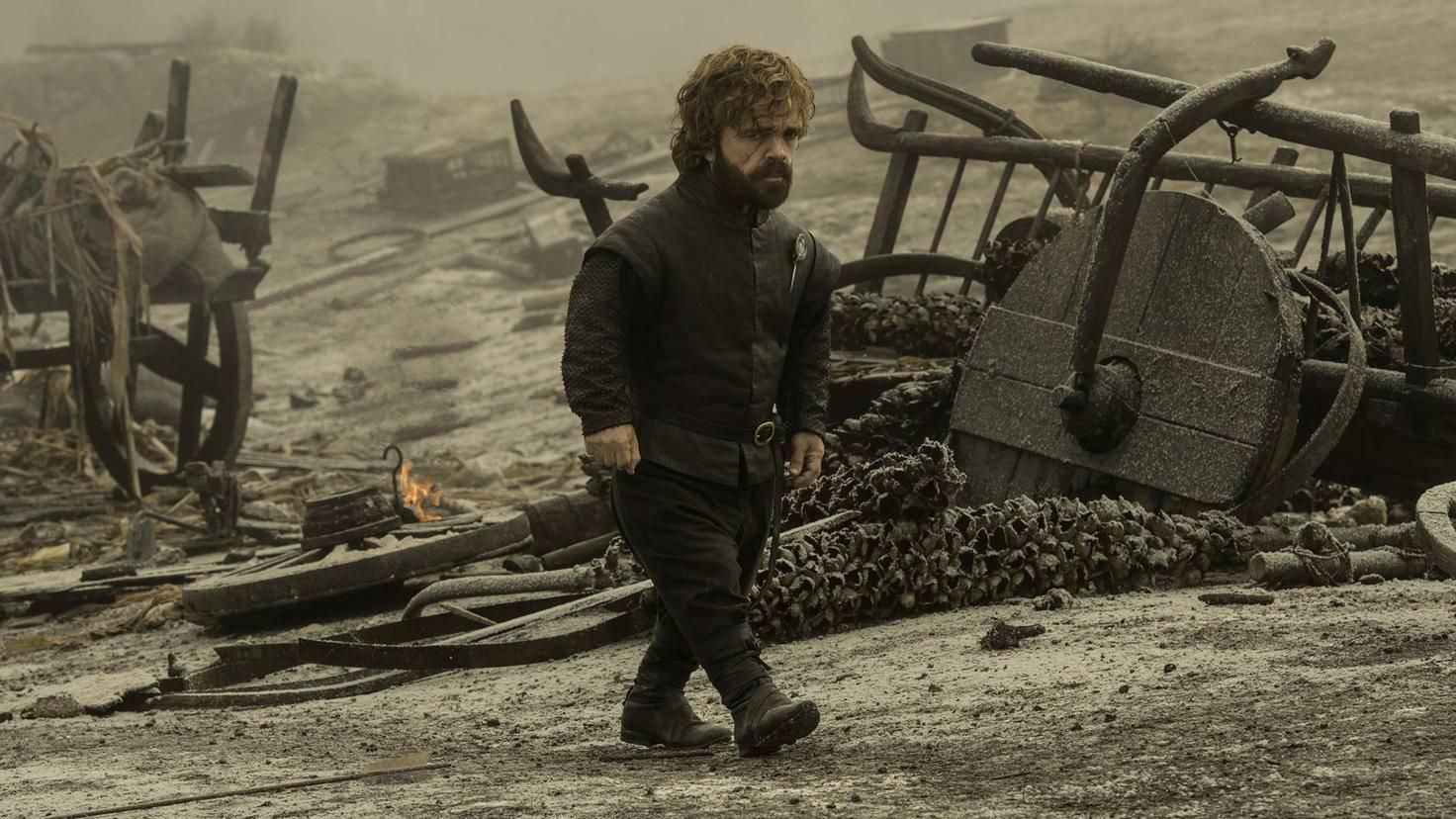Ein letzter Gang über das Schlachtfeld in der Weite: Tyrion Lannister begutachtet die Ascheberge.