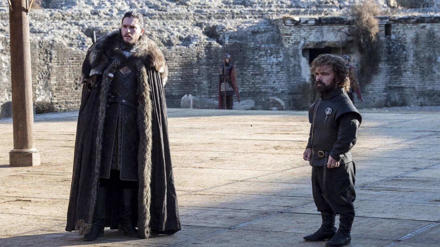 Nicht nur Jon Snow, auch Tyrion Lannister, die neue Hand von Königin Daenerys, wirkt wenig erfreut über das Zusammentreffen mit seinen Geschwistern.