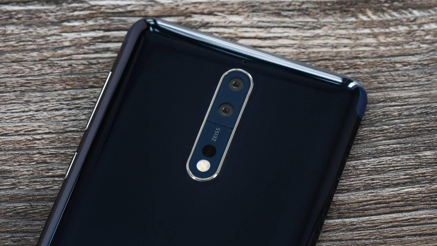 Auf der Rückseite besticht neben Aluminium vor allem die Dual-Kamera.