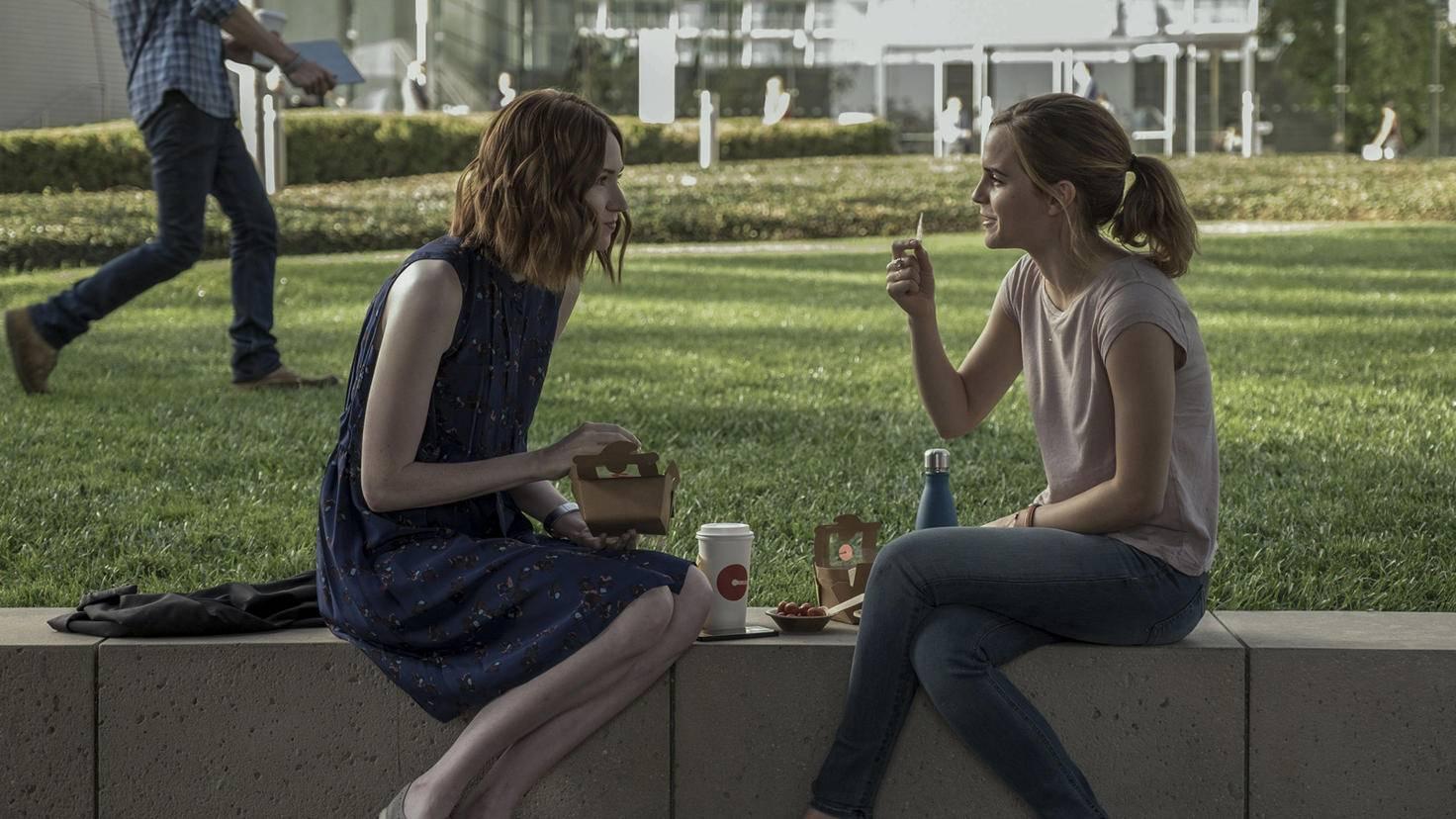 """Zu Beginn ist Mae (Emma Watson, rechts) begeistert von ihrem neuen Job bei """"The Circle"""" ..."""