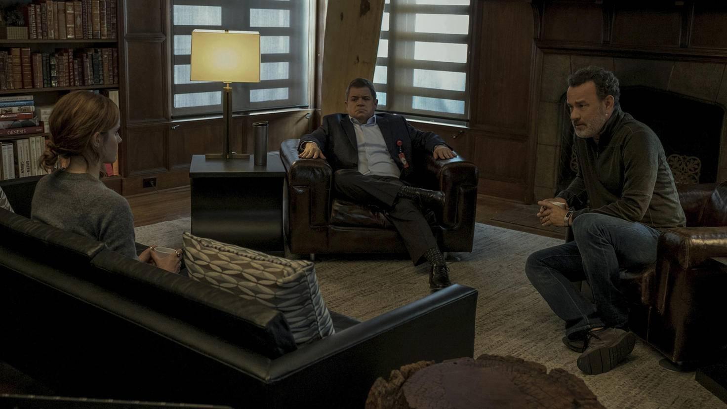 Die Gründer des Circles Tom Stenton (Patton Oswalt, links) und Eamon Bailey (Tom Hanks, rechts) erläutern Mae (Emma Watson) ihre Ideologien.