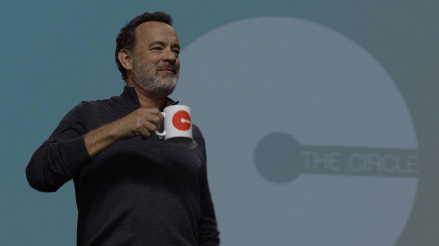 """Eamon Bailey (Tom Hanks) predigt den Circle-Anhängern Slogans wie """"Geheimnisse sind Lügen""""."""
