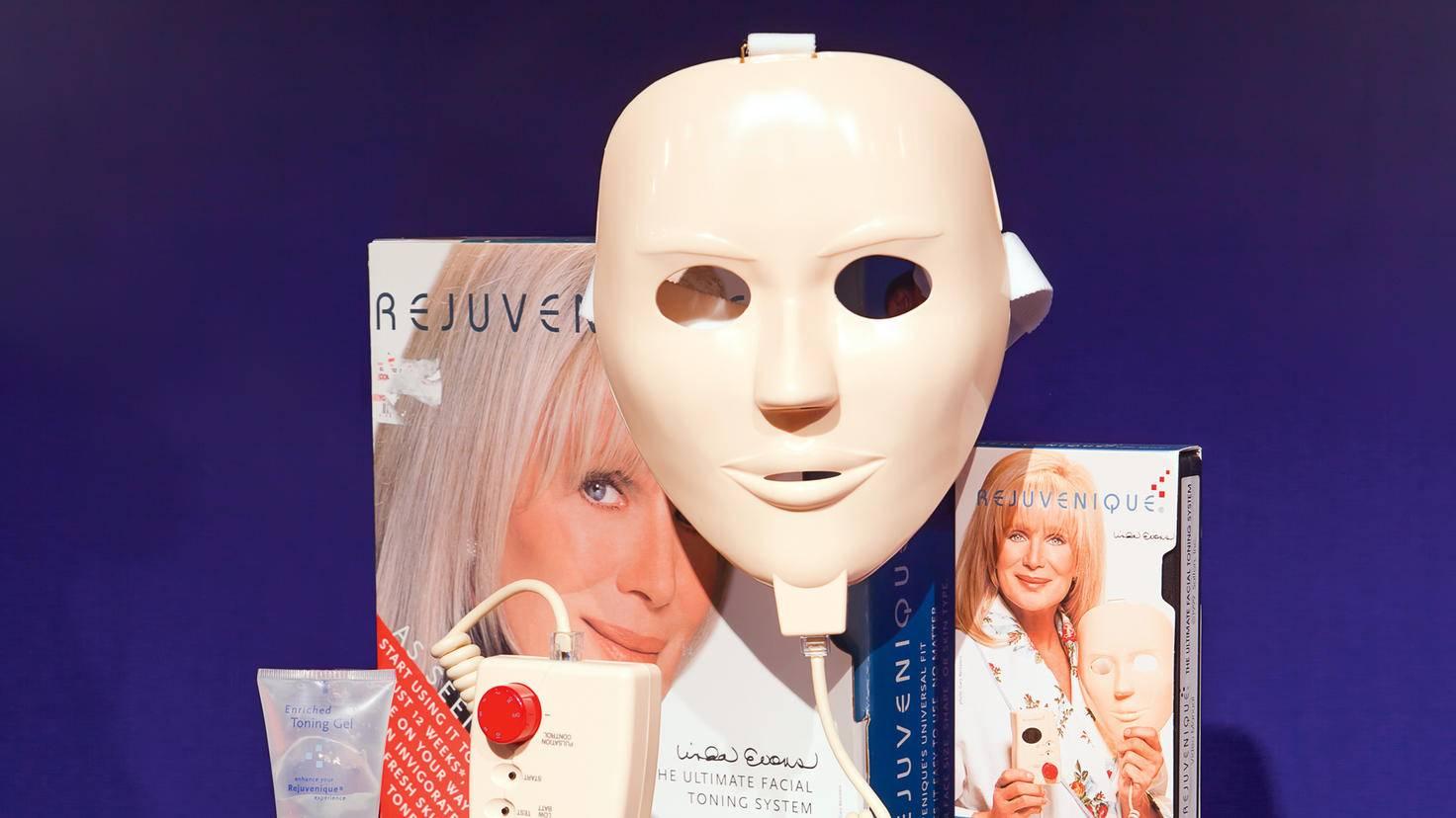 """Für die """"Rejuvenique""""-Maske warb Linda Evans aus der TV-Serie """"Denver-Clan"""". Die Maske schickte Elektrostöße auf die Falten."""