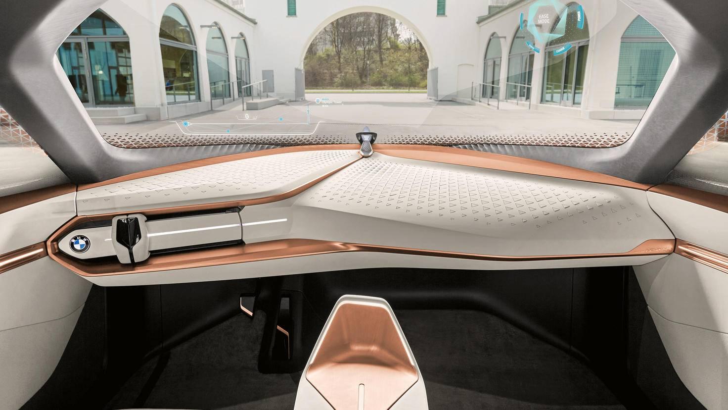 Hochglanz: Der Innenraum besticht durch glänzende Armaturen und klare Linien.