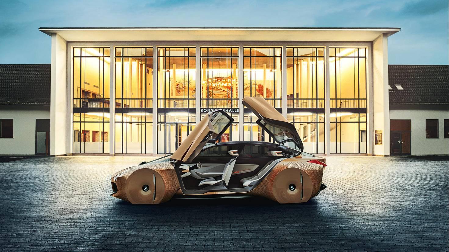 """Schicker Schlitten: Der BMW VISION NEXT 100 erinnert an das Auto aus dem Scifi-Film """"I, Robot"""". Schon in den nächsten 30 Jahren könnte er durch die Straßen rollen."""