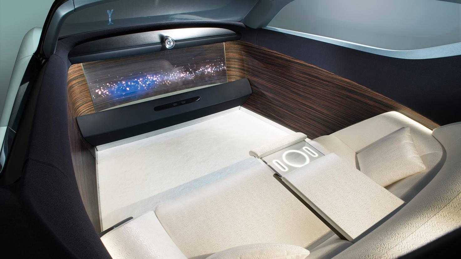 Lounge-Charakter: Statt Lenkrad besticht der Innenraum durch Displays und eine edle Couch.