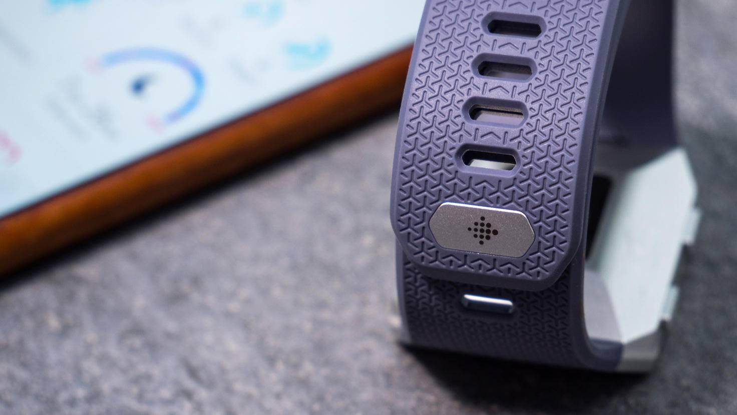 Durch den doppelten Verschluss bleibt die Fitbit Ionic fest am Handgelenk.