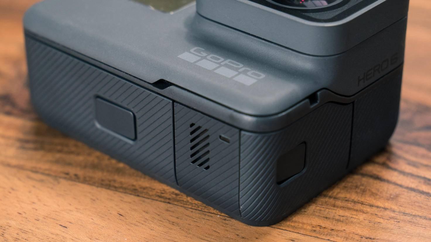Hinter der großen Klappe sind Akku und microSD-Slot, ...