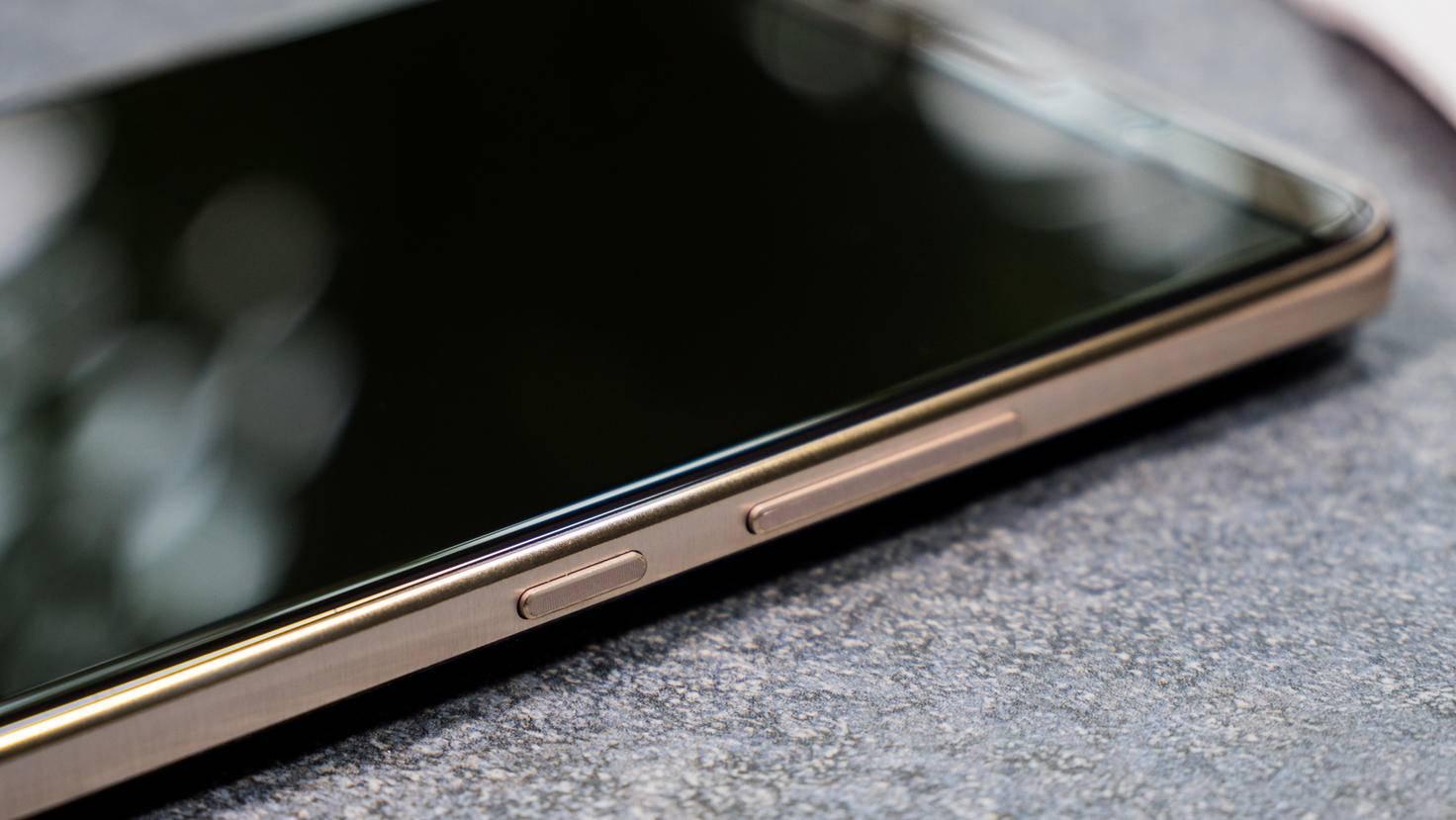 Der Metallrahmen hält die Glas-Bauteile in der Fassung.