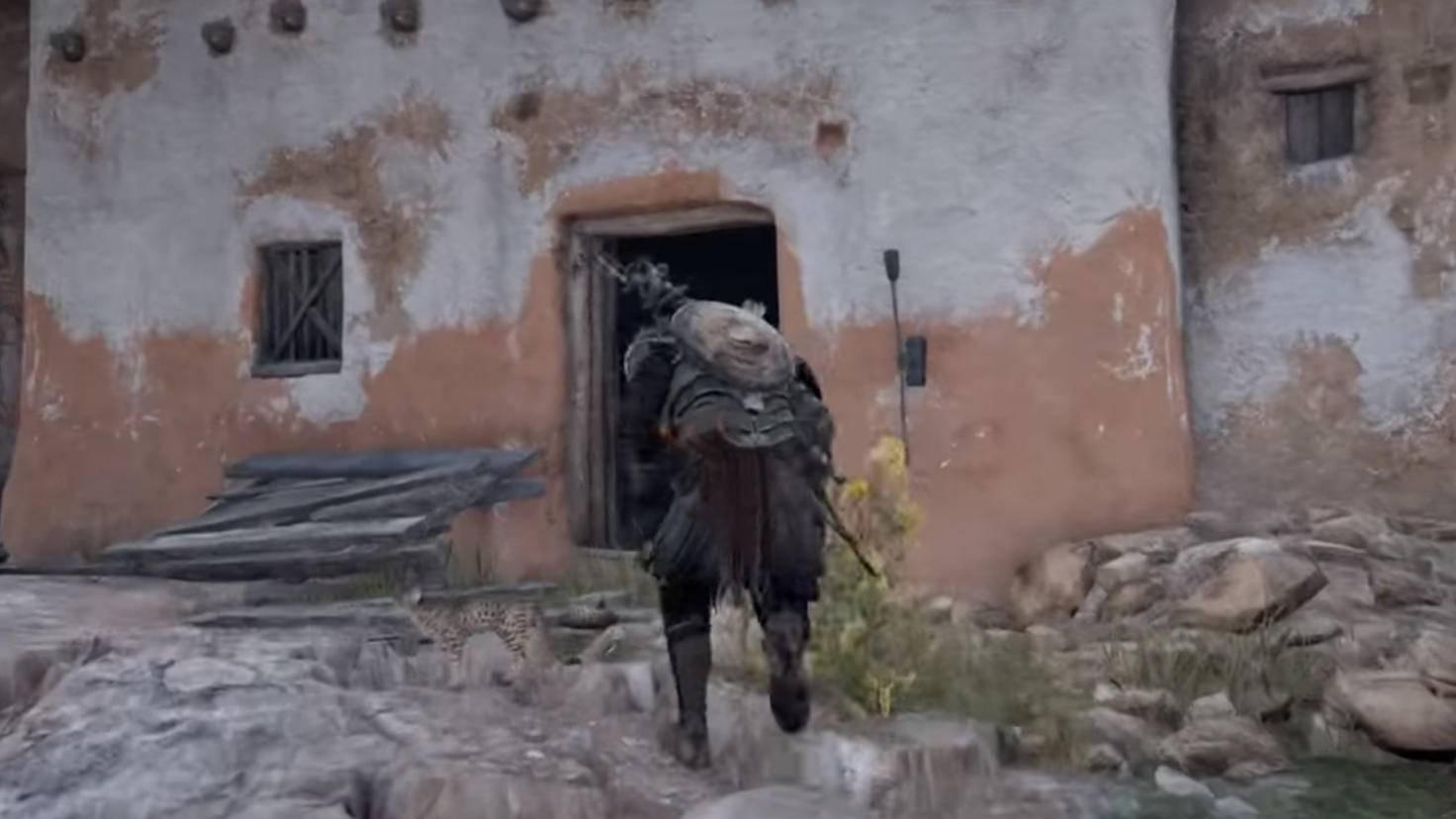Die Tür steht offen: In diesem Haus findet Bayek eine Eremiten-Decke.