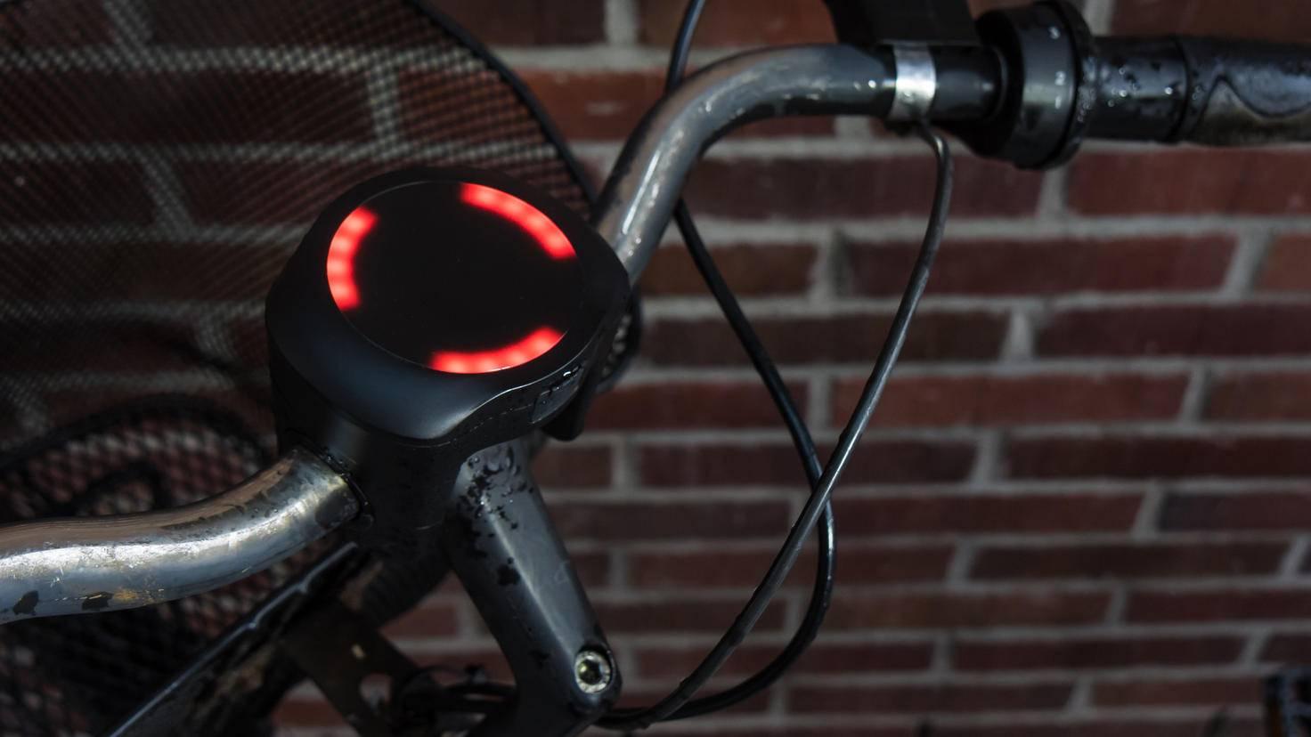 Der Diebstahlschutz von SmartHalo droht erst ein paar Mal mit rotem Licht und Brummtönen, bevor er den Alarm auslöst.